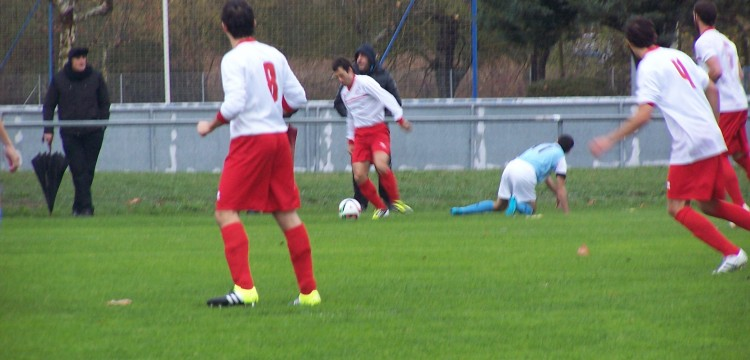 Endika se lleva el balon ante un rival del Aretxabaleta