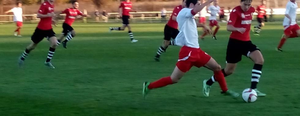 Josu Díaz intenta llevarse el balón