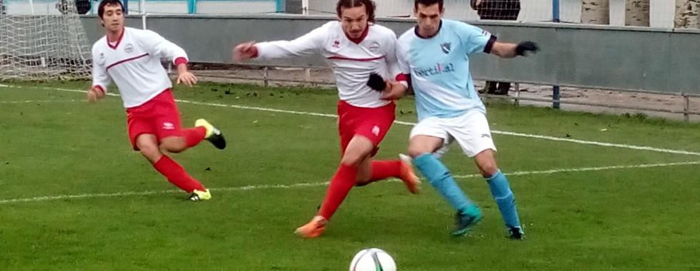 Morales, en pugna con un jugador del Aretxabaleta
