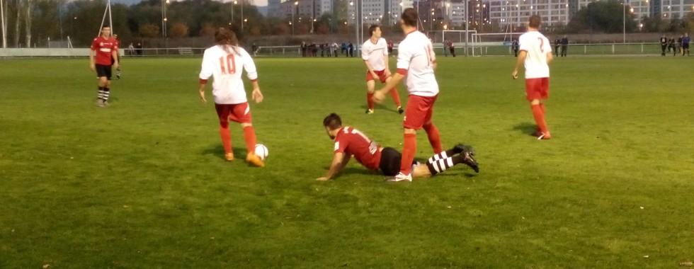 Morales se lleva el balón ante Deusto