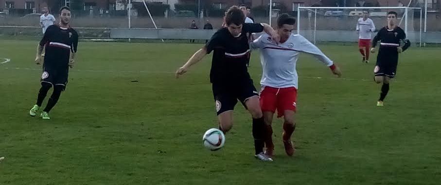 Felipe pugna con un rival del Pasaia