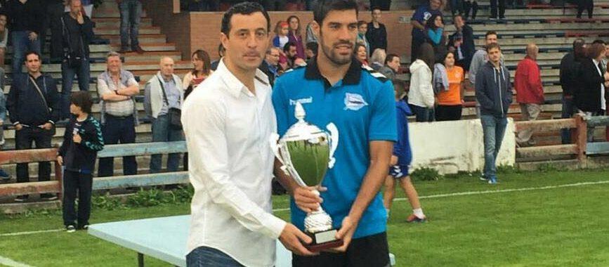 garamendi entrega a Manu el I Trofeo Betoño